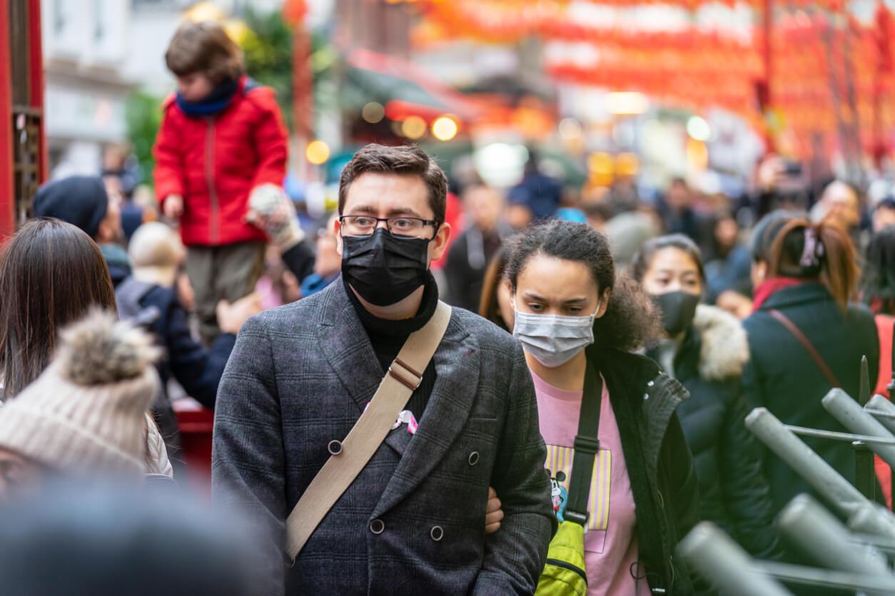 Pessoas usando máscaras faciais para se protegerpor causa da epidemia na China. Foco Seletivo. Conceito de quarentena coronavírus.